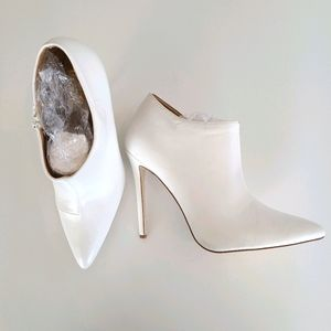 FRH White Pointy Toe Heeled Bootie 10